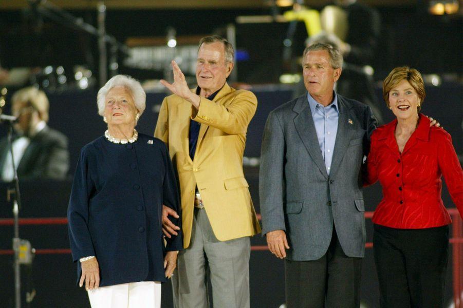 George H. W. Bush fête son anniversaire avec sa femme Barbara son fils George W. et sa femme Laura en juin 2004 a Houston au Texas