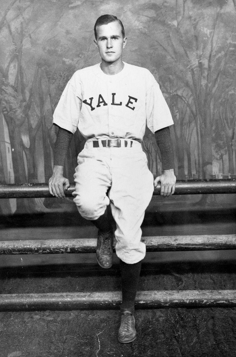 George H. W. Bush joueur de baseball pour Yale en 1948