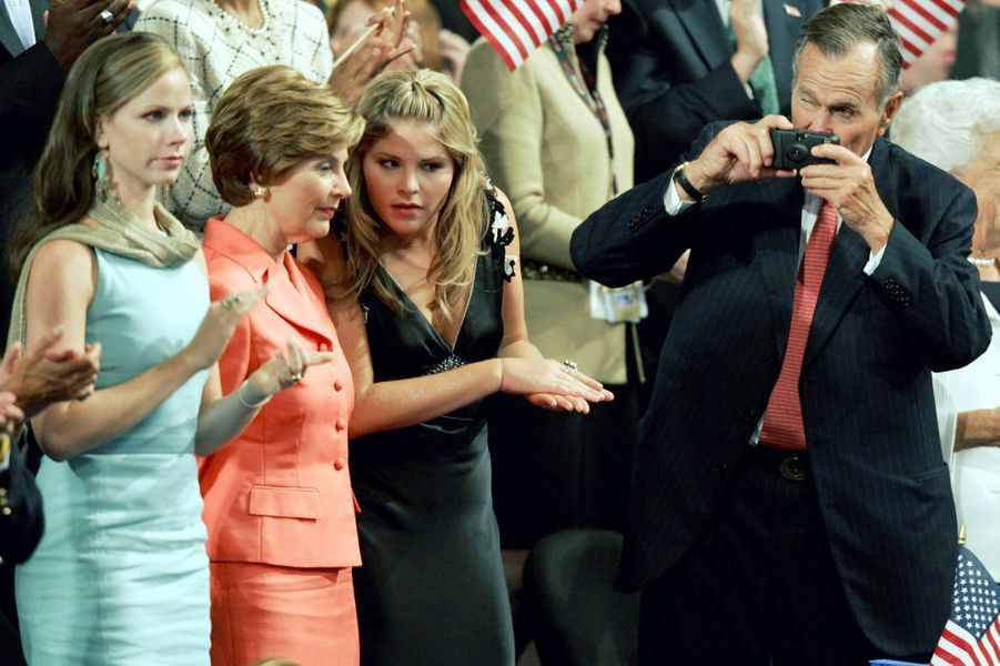 George H. W. Bush prend des photos lors de la convention républicaine en septembre 2004
