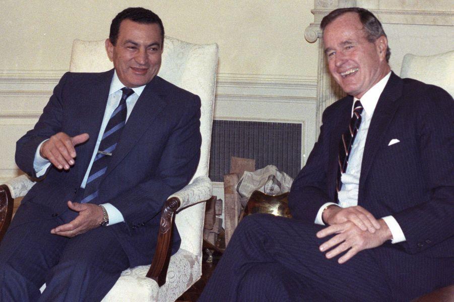 Hosni Moubarak et George H. W. Bush à la Maison Blanche en octobre 1989