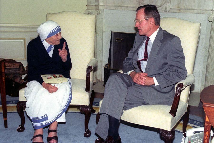 Mère Teresa et George H. W. Bush à la Maison Blanche en décembre 1991