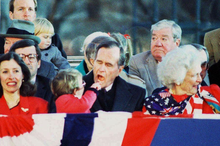 George W. H. Bush avec sa petite filleEllie LeBlond à Washington en 1989