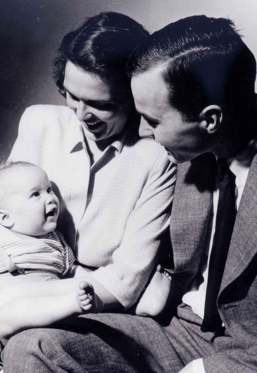 Portrait de famille de George W. H. et Barbara Bush avec leur fils, George W. en 1947