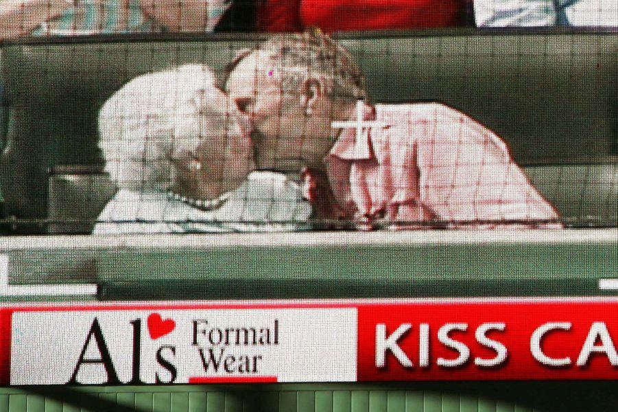 Le couple s'embrasse en 2005 lors d'un match de baseball entre les Houston Astros et les St. Louis Cardinals