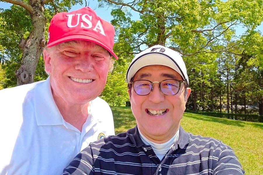 Donald Trump et Shinzo Abe jouant au golf, le 26 mai 2019.