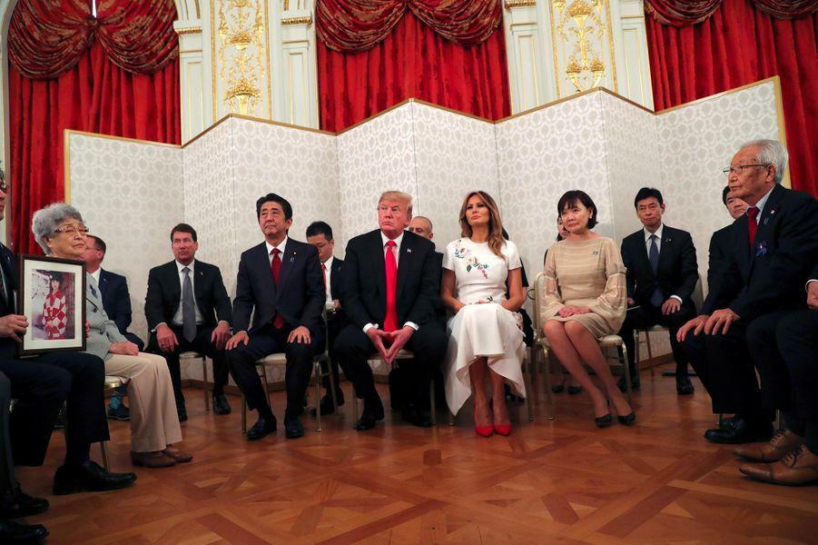 Donald et Melania Trump rencontrent des Japonais dont les proches ont été enlevés par la Corée du Nord, le 27 mai 2019.
