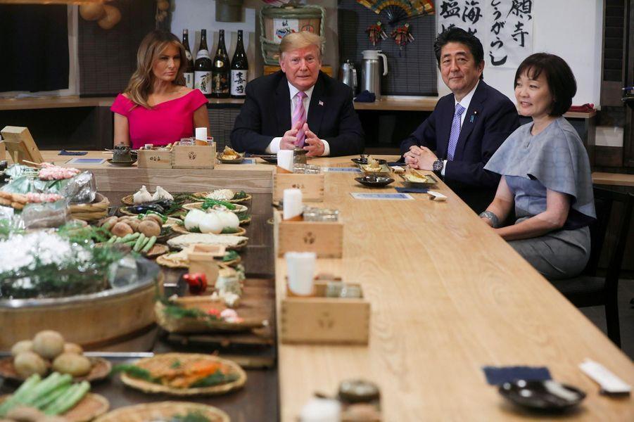 Donald et Melania Trump à table pour un dîner avec Shinzo et Akie Abe à Tokyo, le 26 mai 2019.