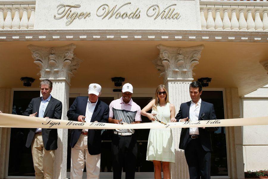 Eric, Donald, Ivanka et Donald Trump (Jr) inaugurent avec le champion la Tiger Woods Villa, au sein du Trump National Doral, en mars 2014.