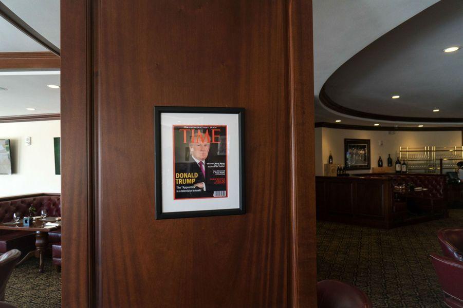 A l'intérieur du Trump National Doral, des Unes de magazines avec Donald Trump.