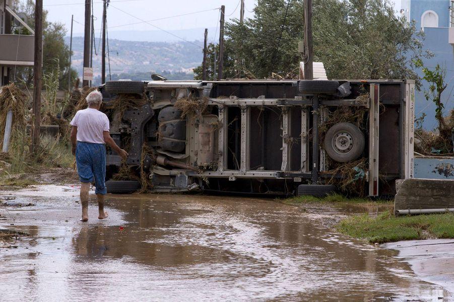 Des centaines de maisons ont été inondées après des pluies torrentielles dans la nuit de samedi à dimanche dans les villages de Politika, Psahna, Bourtzi et Lefkanti, dans l'ouest de l'Eubée, lieux de vacances de nombreux Athéniens.