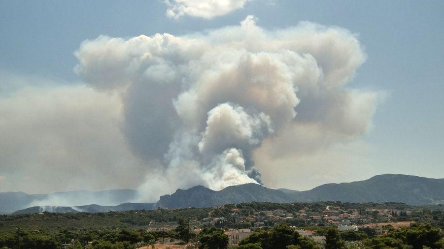 L'incendie est visible de très loin.