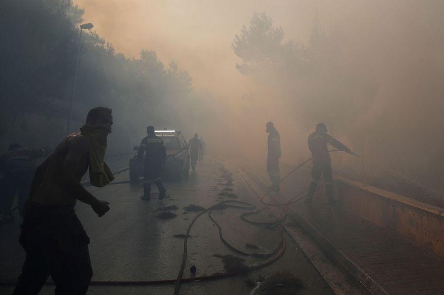 Les pompiers à Kechries en Grèce.