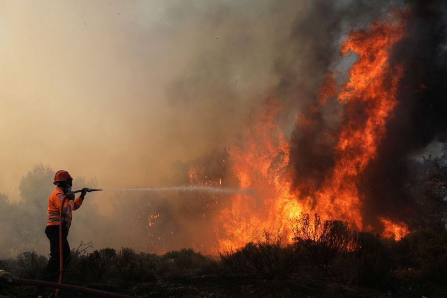 Un pompier se bat contre les flammes.