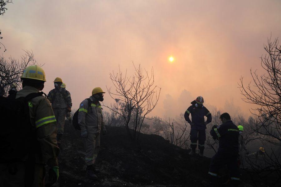 Les pompiers et les hélicoptères tentent d'éteindre l'incendie.