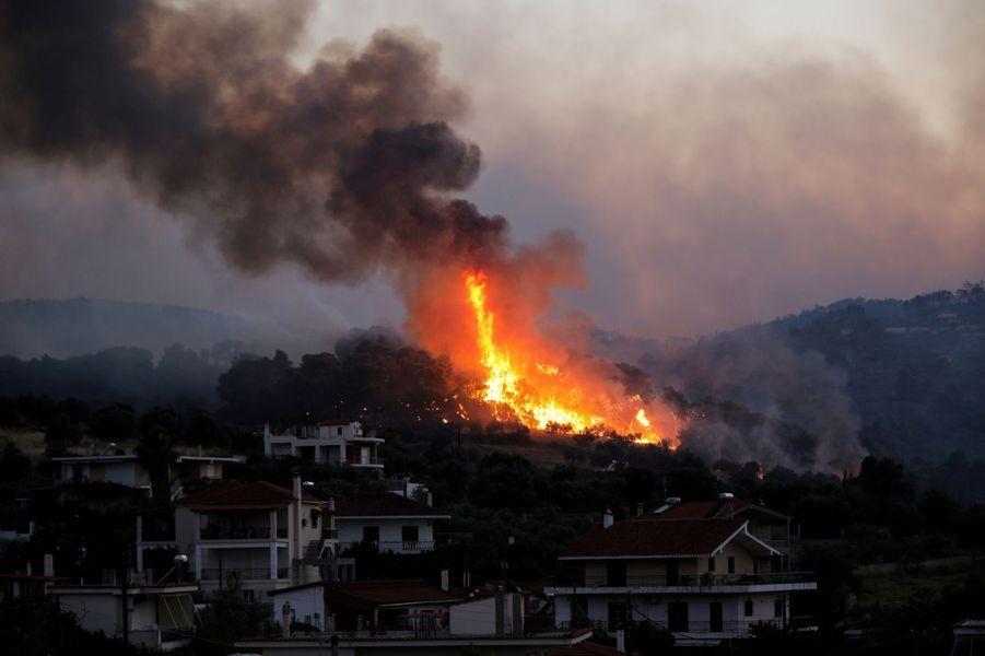 Les flammes s'approchent du village de Kechries.