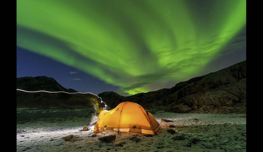 L'aurore boréale, un ciel d'apocalypse, la lueur opalescente d'une tente dans la nuit : les deux hommes essaient de prendre quelques heures de repos.