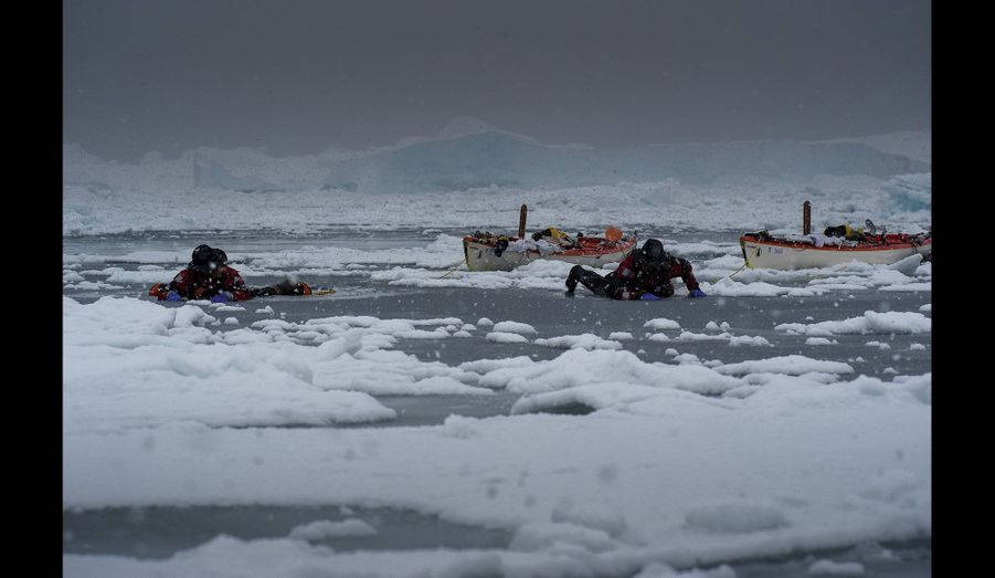 La glace est encore trop fragile, Alban Michon, 34 ans, Vincent Berthet, 31 ans, doivent glisser pour tracter leurs kayaks de 5,80mètres sur un « rivage » sans contours.