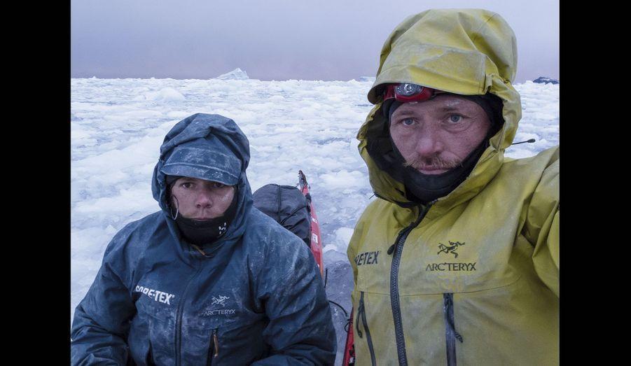 Vincent (à g.) et Alban, épuisés après une nuit blanche dans leurs kayaks.