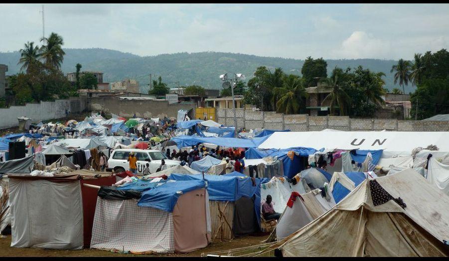 Au Nord du campement de Pinchinat, le dispensaire improvisé sous une toile de l'ONU.
