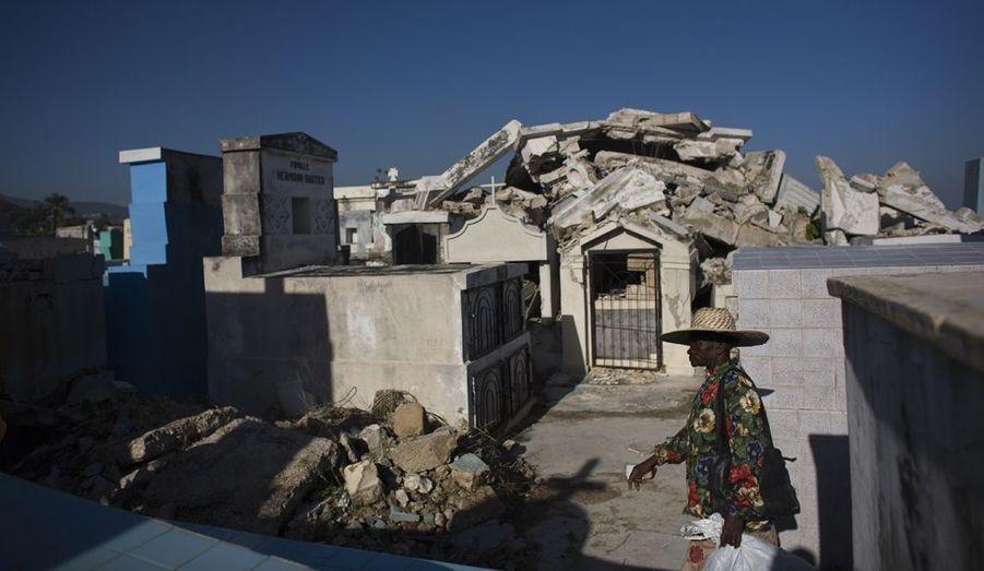 Les tombes s'amoncèlent dans le cimetière principal de Port-au-Prince en centre ville, une des zones les plus touchées par le tremblement de terre du 12 janvier dernier, qui a tué plus de 200 000 personnes. Beaucoup d'Haïtiens, adeptes de la religion vaudoue, se rendent au cimetière pour la Toussaint et la Fête des morts chrétiennes, appelées Guédé en Haïti.