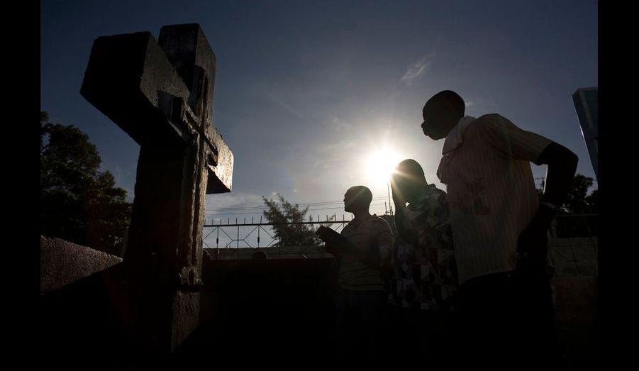 Le Guédé prend cette année une signification particulière, puisque c'est la première fête des morts depuis le séisme de janvier dernier. Presque tout le monde compte un proche parmi les victimes. L'invocation de Baron Samedi sert à réclamer sa clémence pour les morts. Mais c'est surtout l'occasion d'implorer son soutien pour les vivants : pour beaucoup d'Haïtiens, la misère quotidienne a encore empiré depuis le séisme.