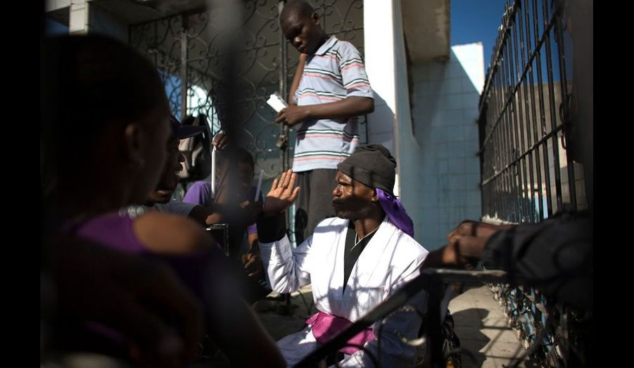 Un Ounfo, ou praticien confirmé, habité par le Baron Samedi délivre des oracles aux fidèles dans le cimetière de Port-au-Prince.