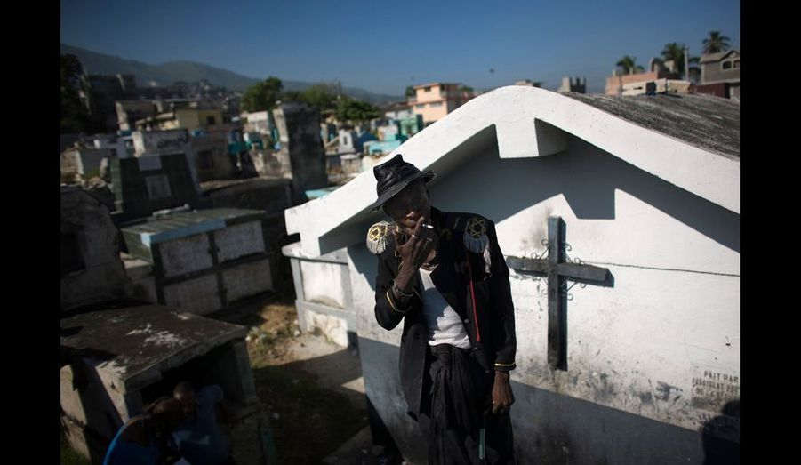 Souvent considérée comme la religion des pauvres, le vaudou est généralement combiné avec le catholicisme ou le protestantisme. Pendant le Guédé, les foules qui vont au cimetière comptent tant des chrétiens pratiquants que des Ougans, ou prêtres du vaudou, comme cet homme qui porte un uniforme figurant une divinité mineure du panthéon haïtien.