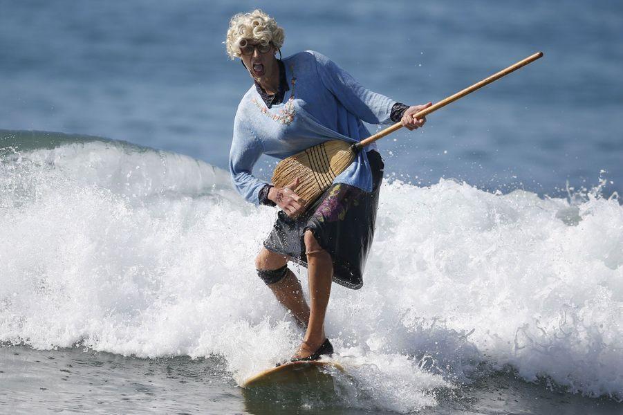 Comme chaque année à pareille époque, des créatures en tout genre ont envahi les plages de Santa Monica. A l'occasion d'Halloween, des surfeurs de Californie ont troqué leurs habituelles combinaisons pour des vêtements moins seyants.Au choix pour ce cru 2014: une «Madame Doubtfire» reine de la glisse, en hommage à Robin Williams, décédé en août, une statue de la liberté ou des super héros comme Superman et Captain America. Un Ronald Reagan en costumeet un Ghostbuster ont également pris des vagues.Certains ont aussi customisé leurs planches, les transformant en avion ou en terrain de basket, avec panier.Mention spéciale aux acrobaties du couple de surfeurs, Jeremy Porfilio et Tammy Mowery, qui ont pris les traits de Hugh Hefner, fondateur et propriétaire de «Playboy»et de son ex-petite amie, Kendra Wilkinson.