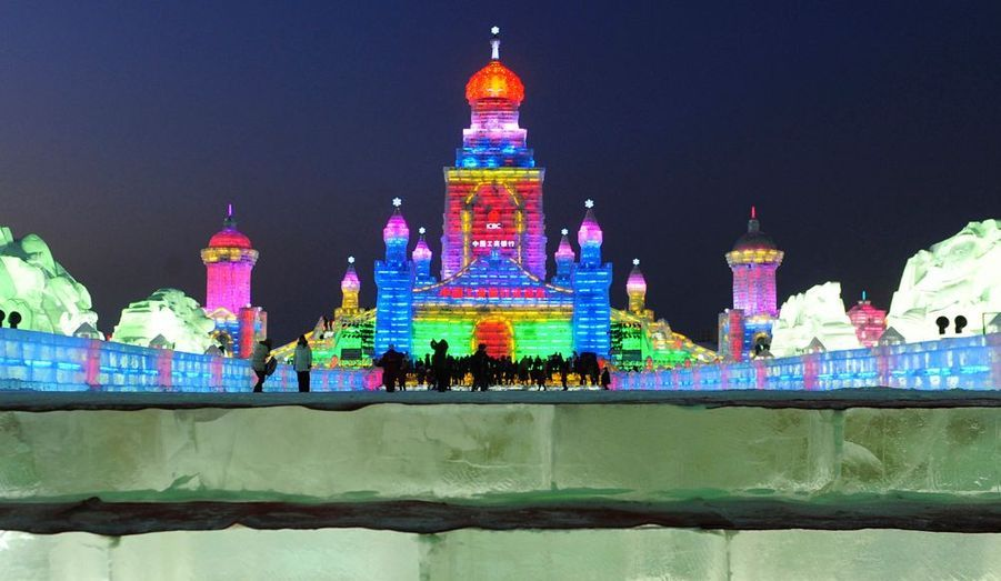 La nuit venue, les sculptures prennent vie grâce à des jeux de couleurs.