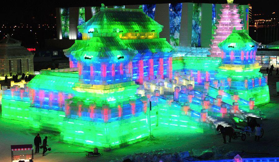 Des touristes contemplent un édifice impressionnant, réplique d'un célèbre temple chinois.