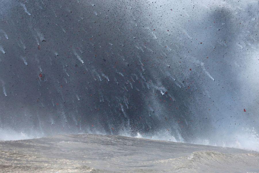 Le 20 mai, au sud-est de Pahoa, l'éruption projette des boules de lave dans la mer.