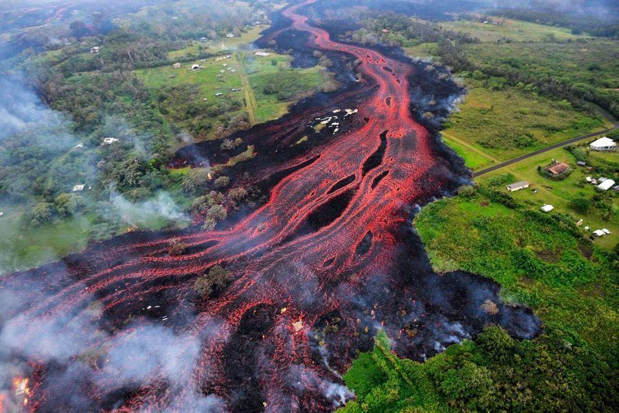 « Les cheveux de la déesse Pele » s'étalent comme un long fleuve de feu. Photo aérienne du 19 mai.