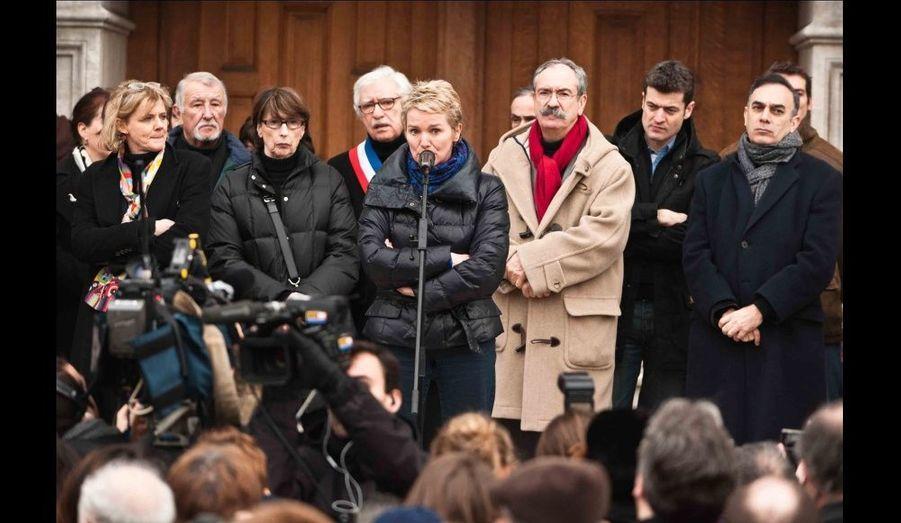 Elise Lucet s'adresse aux quelques 300 personnes présentes pour cet hommage dont de nombreuses personnalités de la presse dont Florence Aubenas, Jean-François Julliard, secrétaire général de Reporters sans Frontieres (RSF), Pierre Schapira, adjoint au maire de Paris en charge des relations internationales, Yves Rolland, secrétaire général de France Télévisions, Jean-François Kahn.