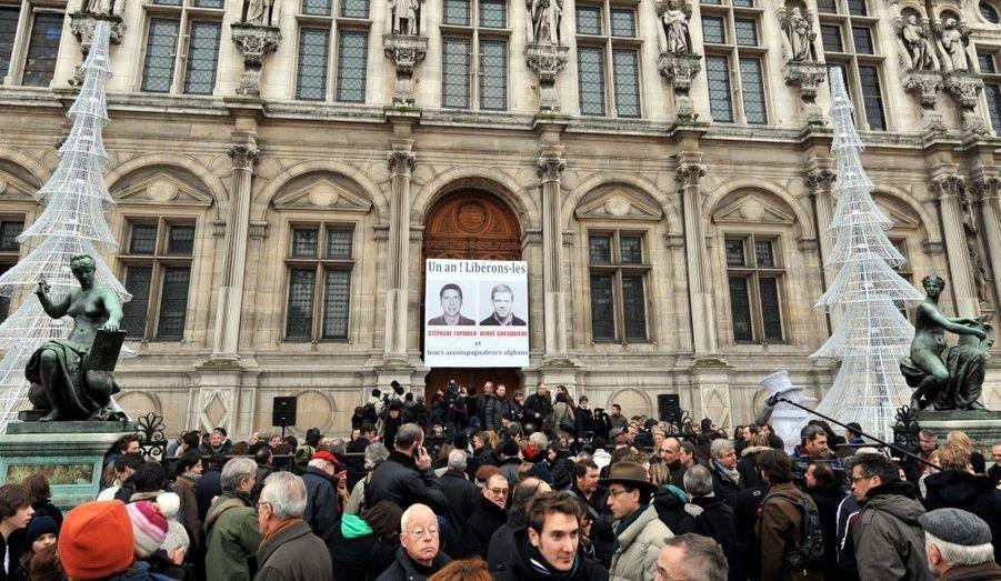 De nombreux journalistes se sont réunis devant l'Hôtel de ville de Paris pour demander la libération de leurs confrères.
