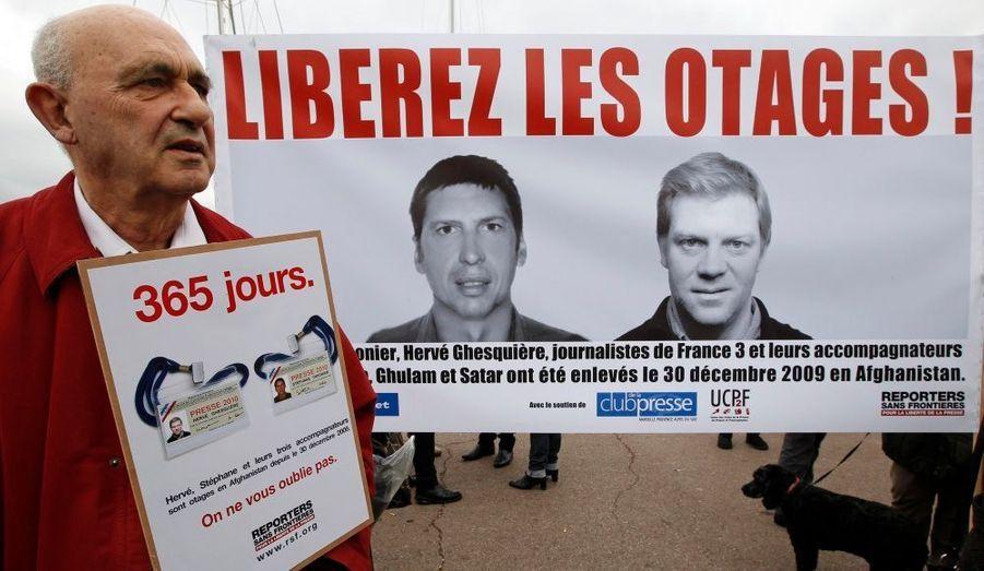 De nombreuses pancartes et banderoles ont été produites à l'effigie des deux captifs. Toujours les mêmes photos et ce même slogan, pour ne jamais oublier.