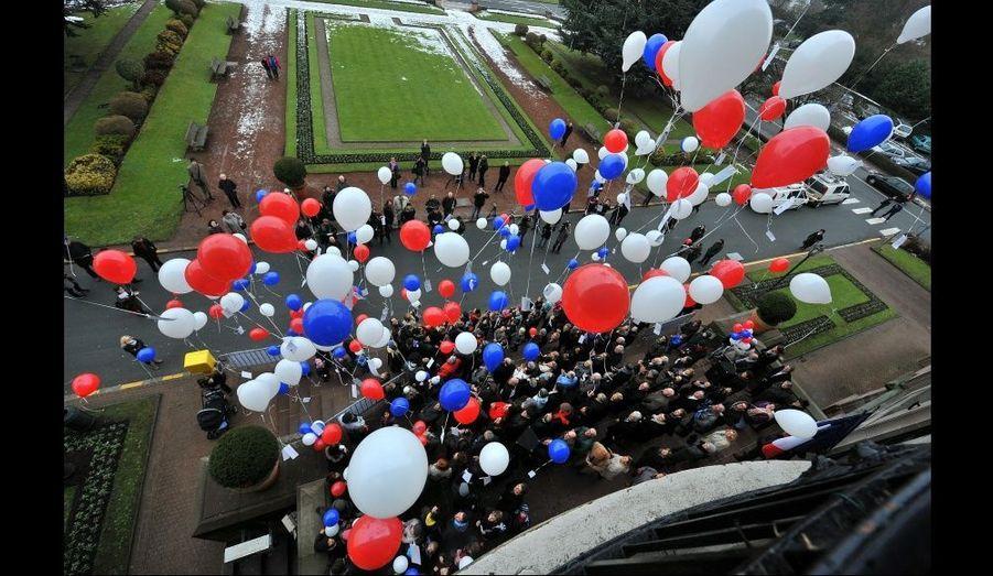 Lâcher de ballons en hommage aux otages devant la mairie de Marcq-en-Baroeul, la ville natale d'Hervé Ghesquière, dans le Nord.