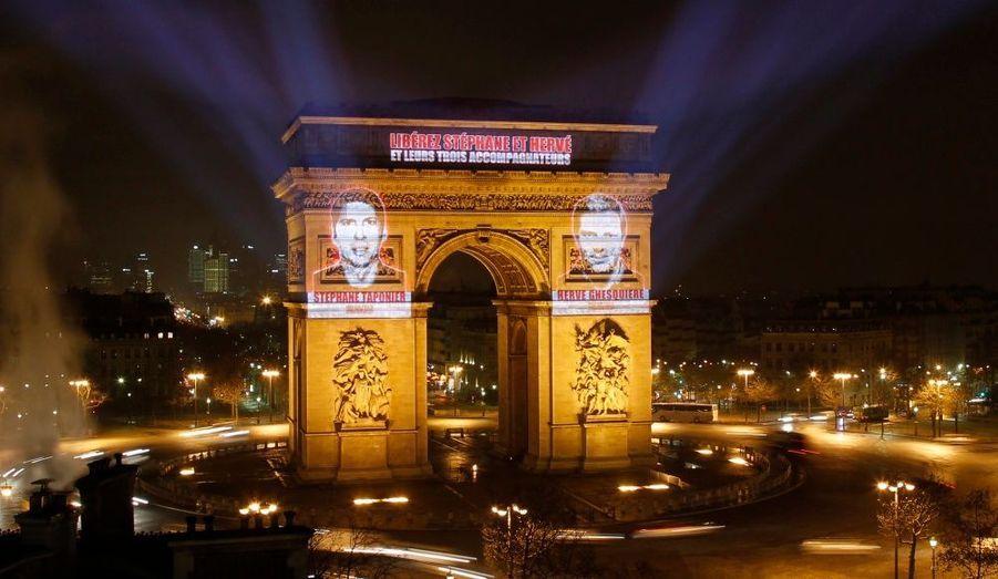 A l'occasion du 365e jour de détention en Afghanistan d'Hervé Ghesquière et Stéphane Taponier et de leurs trois accompagnateurs Mohamed Reza, Ghulam et Satar, le portrait des deux journalistes a été projeté sur l'Arc de Triomphe ce mercredi 29 décembre.