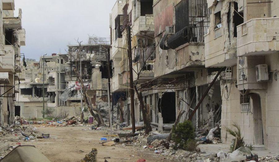 Les affrontements entre les civils et l'armée de Bachar al-Assad durent depuis plus de quinze mois. D'après l'Observatoire syrien des droits de l'Homme (OSDH), la guerre civile aurait fait plus de 15.800 morts. Il faut à ce triste bilan ajouter les victimes des dernières attaques dans le nord du pays et dans la ville de Homs, ce mercredi 4 juillet, faisant 97 nouveaux morts, toujours selon l'OSDH. La ville est devenue un amas de ruines, les bâtiments s'effondrant les uns après les autres, sous les bombardements incessants.