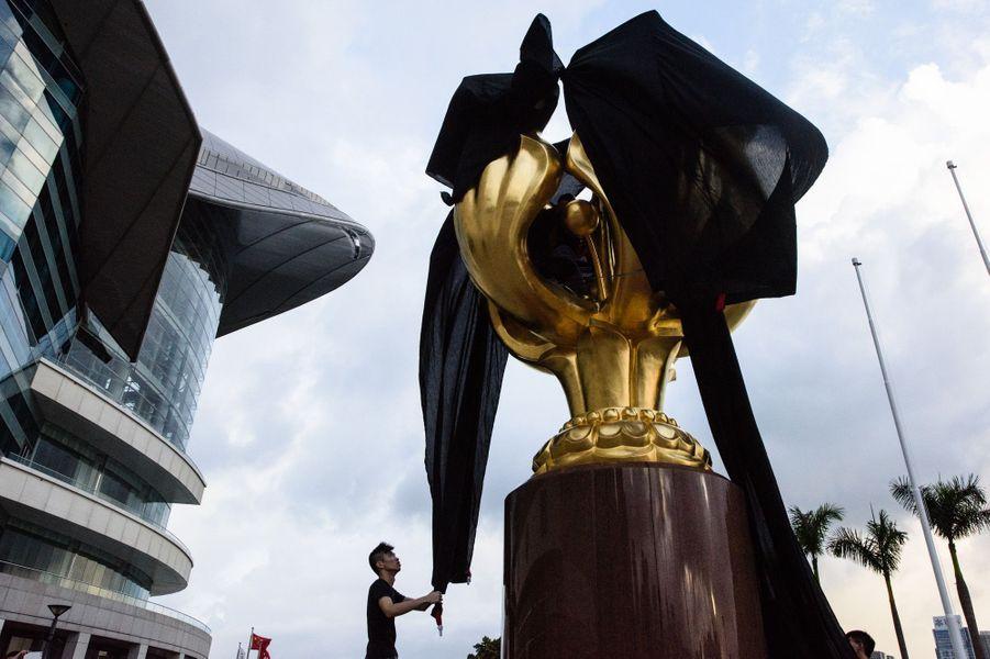 Statue emblématique recouverte d'un drap noir à Hong Kong, le 26 juin 2017.
