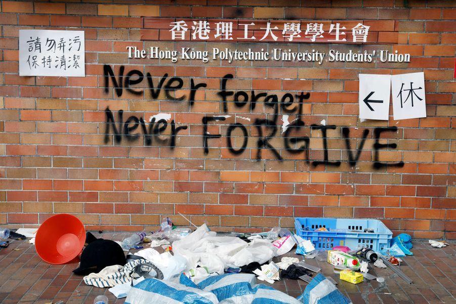 Après dix jours de siège et d'affrontements d'une violence exceptionnelle entre la police et les manifestants, le campus de l'Université polytechnique de Hong Kong à une zone sinistrée.