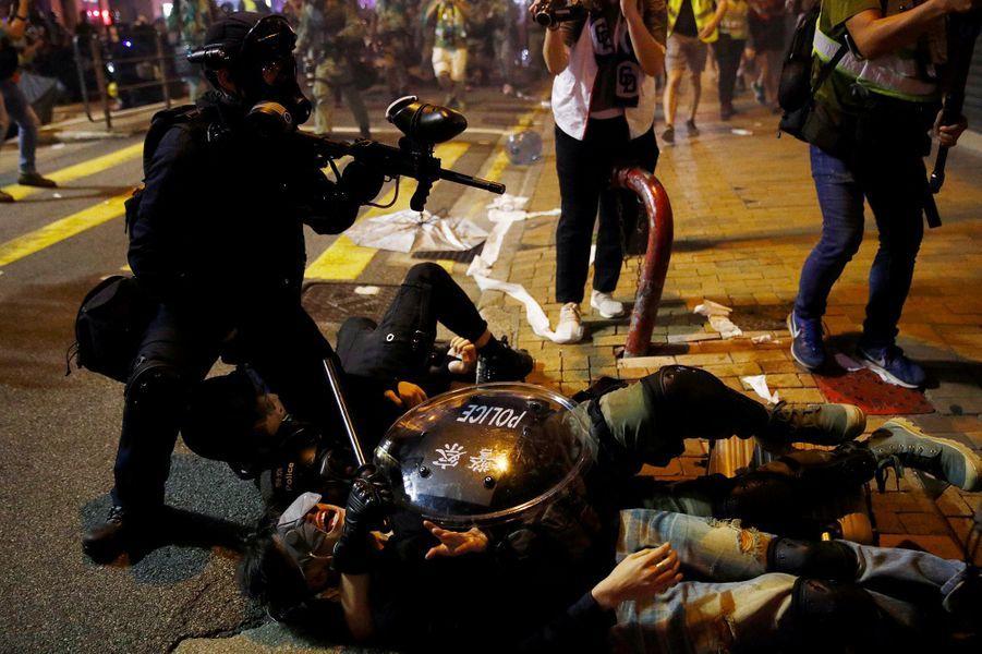 Hong Kong est plongé depuis le 9 juin dans la pire crise de son histoire récente.Des millions de personnes participent à de gigantesques manifestations pacifiques contre le gouvernement local pro-Pékin. Parallèlement des affrontements sporadiques opposent contestataires radicaux et policiers.