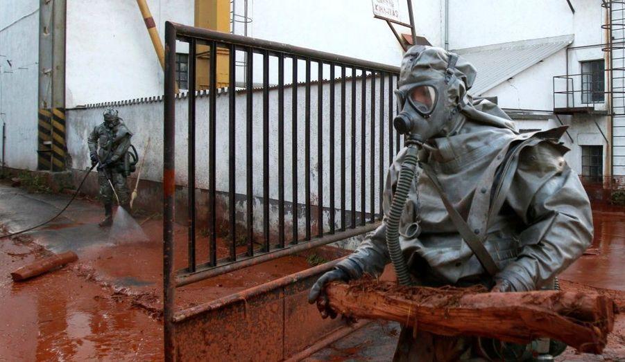 """""""Nous avons déversé des tonnes de plâtre dans le fleuve Marcal et espérons endiguer le flot toxique de cette façon"""", a déclaré la porte-parole du service de lutte contre les catastrophes, Gyorgyi Tottos, à l'agence Reuters."""