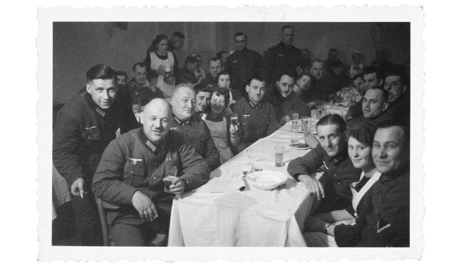 En France, à la fin du repas, les serveuses sont obligées de s'asseoir sur les genoux des soldats allemands.