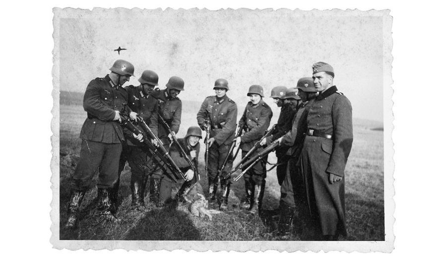 Pendant l'été 1941, dans les plaines de l'Est, ils jouent aux chasseurs, autour du lapin qui agrémentera l'ordinaire.