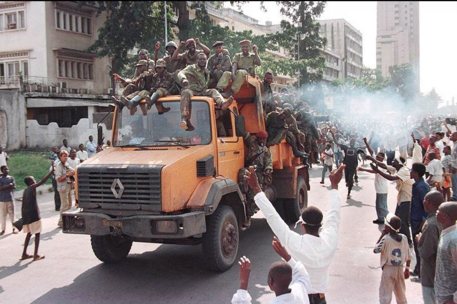 Les troupes de l'AFDL de Kabila entrent dans Kinshasa, saluées par la foule, le 17 mai 1997.