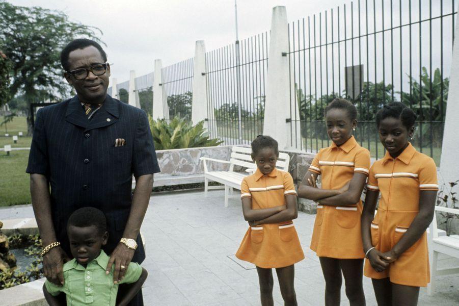 Mobutu pose avec son fils cadet et ses trois filles, Zaïre, 1975.