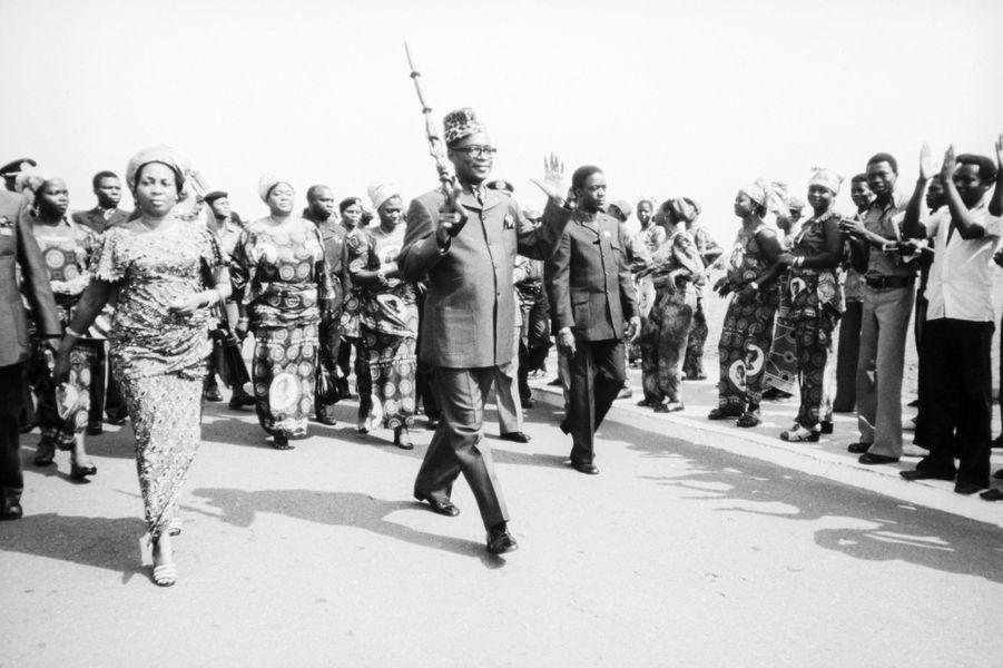 Mobutu salue la foule avec sa canne sculptée, Zaïre, 1975.