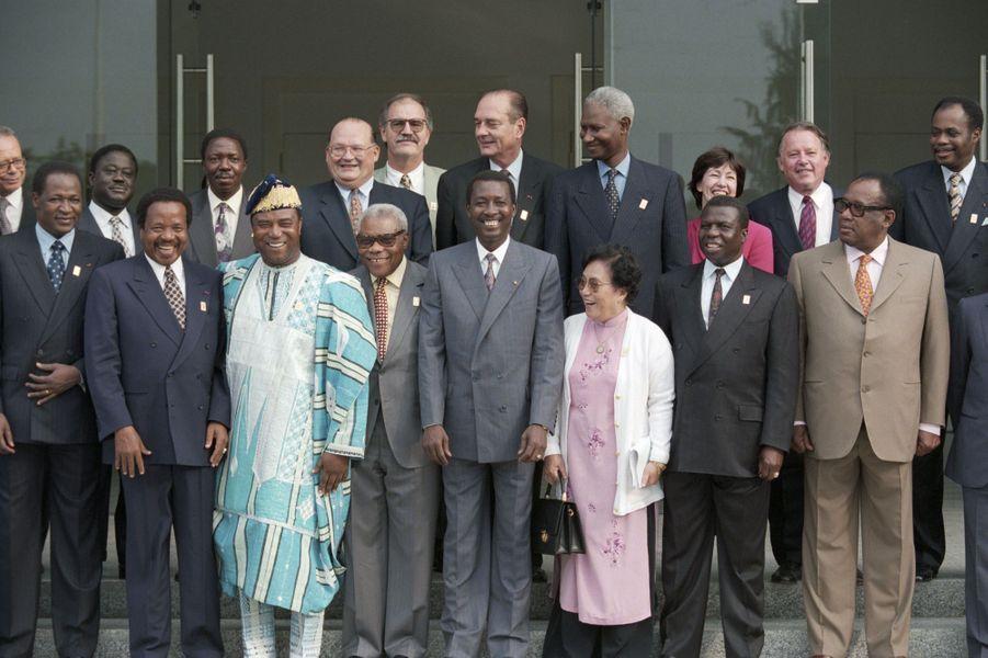 Photo de famille au sixième sommet de la Francophonie les 2, 3 et 4 décembre 1995 à Cotonou, Bénin :au premier rang, Blaise COMPAORE (Burkina), Paul BIYA (Cameroun), Nicéphoe SOGLO, portant la coiffe traditionnelle, Pascal LISSOUBA (Congo), Idriss DEBY (Tchad), Mme Nguyen THI BINH (Vietnam), Joao Bernardo VIEIRA (Guinée-Bissau), Sese SEKO MOBUTU ( Zaïre). Au second rang : Henri Konan BEDIE (Côte d'Ivoire), Sylvestre NTIBANTUNGANYA( Burundi), Jean-Luc DEHAENE (Belgique), Daniel MARTIN (Vanuatu), Jacques CHIRAC (France), Abdou DIOUF (Sénégal) et Laurette ONKELINK (Communauté française de Belgique ).
