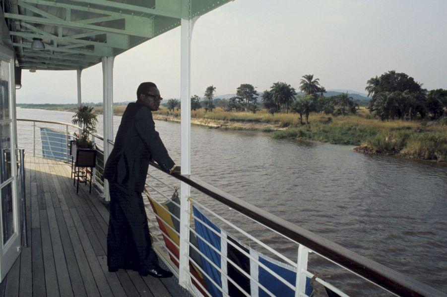 """Rencontre avec Mobutu sur le pont de son bateau, le """"M.s. Kamanyola"""", un vieux """"courrier"""" . Il l'a fait entièrement transformer avec une salle de radio ultra-moderne qui lui permet notamment aujourd'hui d'appeler le monde entier. Juillet 1975, Zaïre"""