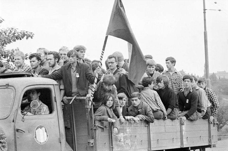 """Quelques jours après l'invasion de la Tchécoslovaquie par les troupes du pacte de Varsovie, le reporter de Paris Match Jack Garofalo arpente les rue de Prague occupée. Ici des partisans d'Alexander Dubcek, premier secrétaire du Parti communiste tchécoslovaque, chantre d'un """"socialisme à visage humain"""", en opposition avec le Kremlin."""